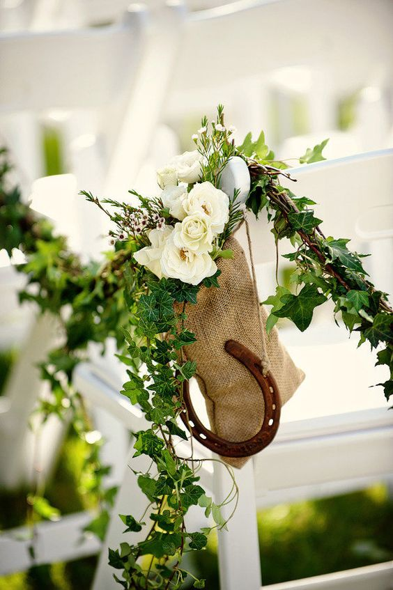 Horse-shoe-decor-for-aisle-or-rain-day-indoor-arch
